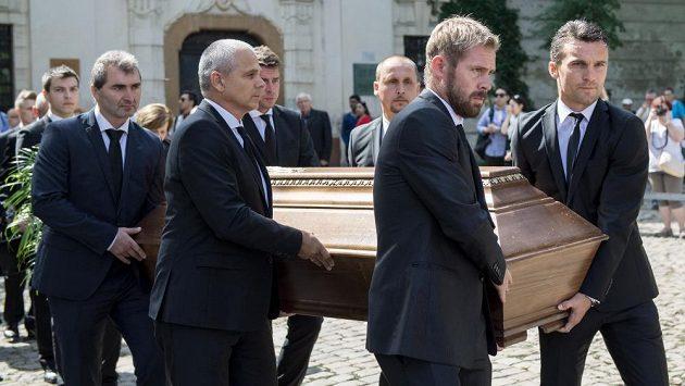 Poslední rozloučení s Rudolfem Baťou. Zleva s rakví Jan Suchopárek, Vítězslav Lavička, Zdeněk Grygera, Zdeněk Svoboda, Tomáš Hübschman a David Lafata.