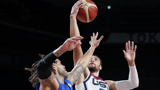Basketbalisté Blake Schilb (vlevo) a Zachary Lavine při zápase Česko - USA.
