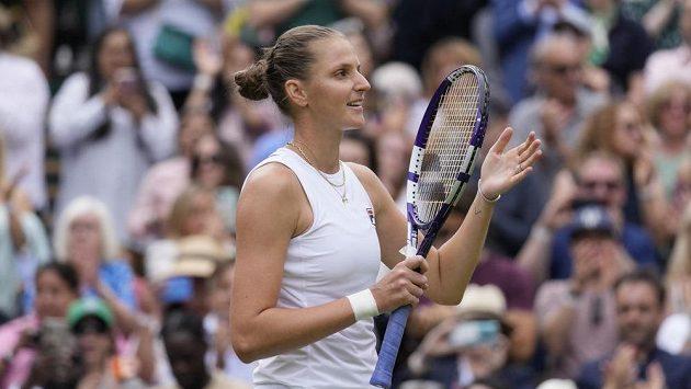 Vítězné gesto Karolíny Plíškové po výhře v semifinále Wimbledonu nad Arynou Sabalenkovou.