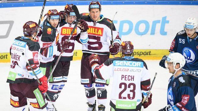 Hokejisté Sparty Lukáš Rousek, Jan Košťálek a Robert Říčka oslavují gól na 4:3 během utkání 1. kola Tipsport extraligy proti Plzni. Ilustrační foto.