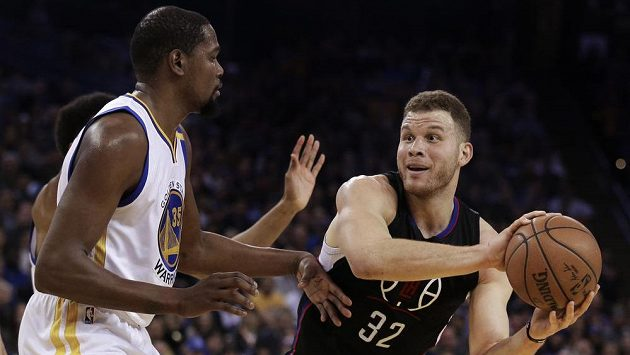 Blake Griffin z Los Angeles Clippers se snaží prosadit přes Kevina Durnata z Golden State Warriors v utkání NBA.