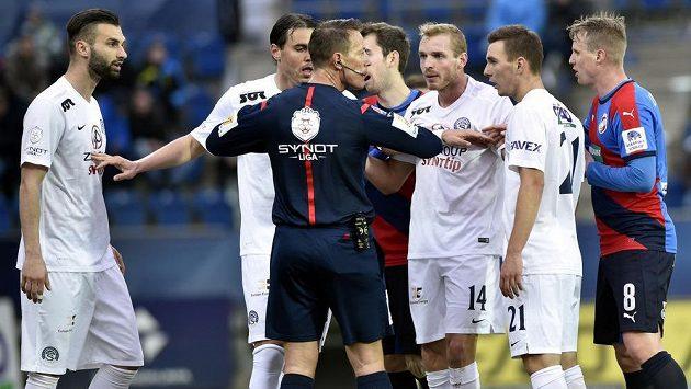 Fotbalisté Slovácka se ohrazují proti odpískání faulu v duelu s Plzní.