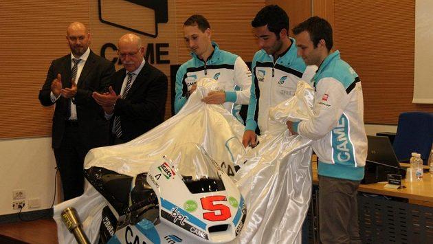 Slavnostní okamžik. Lukáš Pešek (zleva), Danilo Petrucci a Johann Zarco odhalují nový stroj v barvách týmu IodaRacing.