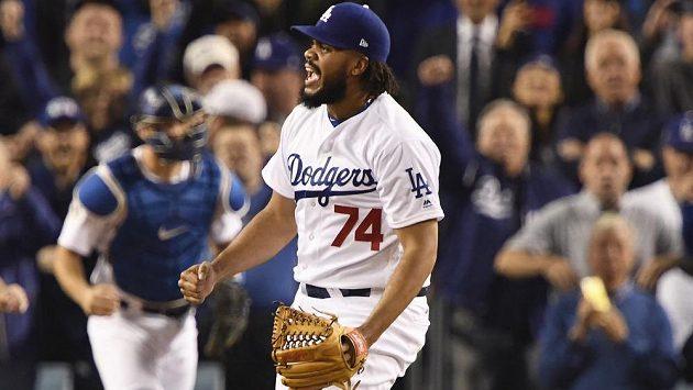 Radost Kenley Jansen (74) z Los Angeles během šestého duelu finále MLB. Dodgers si proti Houstonu vybojovali sedmý rozhodující zápas.