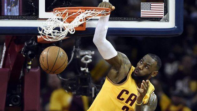 Opora Clevelandu Cavaliers LeBron James ve finále play off NBA proti Golden State Warriors.