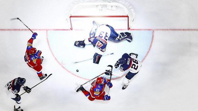 Jevgenij Dadonov se raduje z gólu. Rusko vede nad Slovenskem.