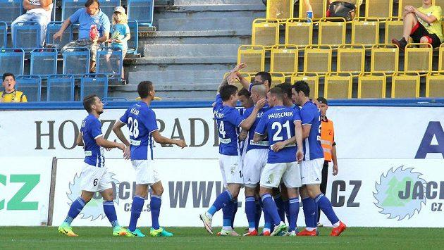Fotbalisté Mladé Boleslavi se radují z gólu na hřišti Teplic.
