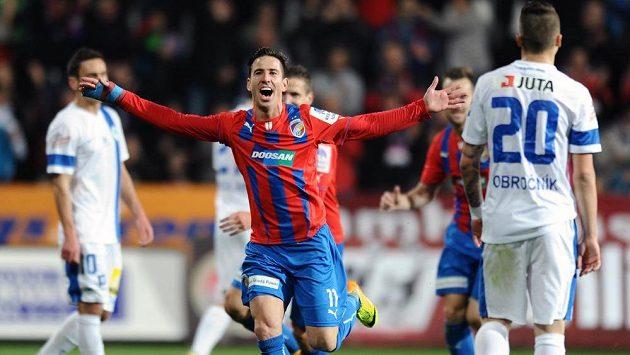 Plzeňský záložník Milan Petržela oslavuje svůj gól během utkání proti Liberci.