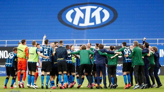 Fotbalisté Interu Milán slaví u středového kruhu po konci utkání 35. kola Serie A proti Sampdorii Janov.