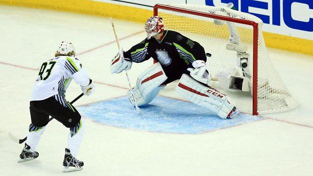 Jakub Voráček překonává v Utkání hvězd NHL gólmana Careyho Price.