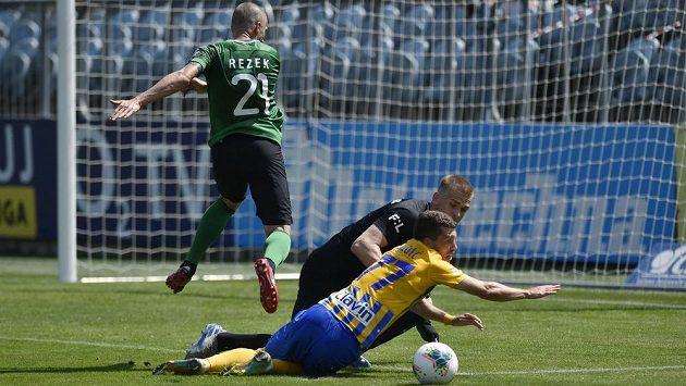 Zleva Jan Rezek z Příbrami, brankář Příbrami Martin Melichar a Bojan Dordič z Opavy už jsou v klidu. Liga předčasně skončila.