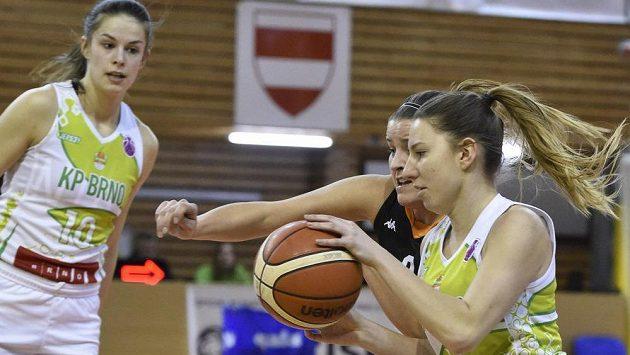 Veronika Remenárová z KP Brno (úplně vlevo), Michaela Vacková z Basket Žabiny Brno a Sarah Beránková z KP Brno v akci během čtvrtfinále. Nyní tým KP Brno již slaví postup do bojů o titul.