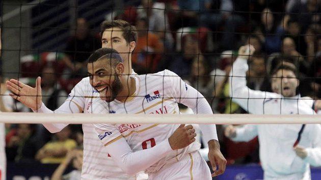 Francouzský volejbalista Earvin Ngapeth (vpředu) reaguje během finále ME proti Slovinsku.