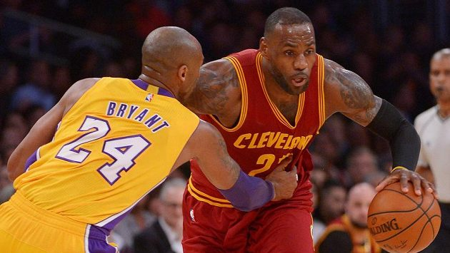 LeBron James (23) z Clevelandu a Kobe Bryant (24) z Los Angeles Lakers.