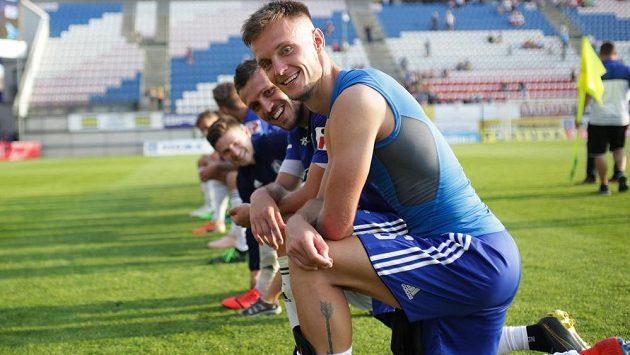 Střelec vítězného gólu Martin Nešpor se spoluhráči z Olomouce při děkovačce po zápasu se Zlínem.