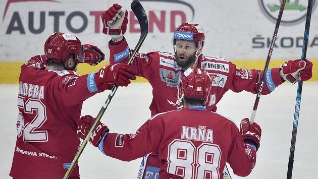 Hokejisté Třince se radují z prvního gólu. Zleva Milan Doudera, Martin Růžička a Erik Hrňa.