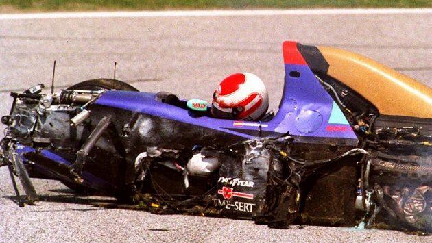 Bezvládné tělo Rolanda Ratzenbergera ve vraku vozu stáje Simtek při kvalifikaci GP San Marina v roce 1994.