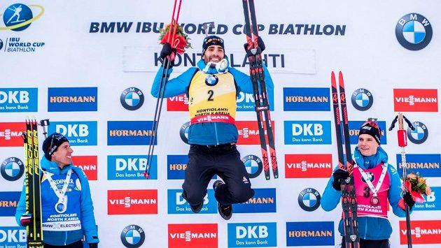 Francouzský biatlonista Martin Fourcade oslavuje triumf ve stíhačce v Kontiolahti.