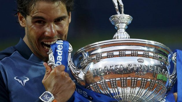 Rafael Nadal s trofejí za triumf na turnaji v Barceloně.