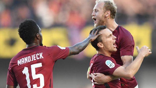 Útočník Sparty David Lafata slaví se spoluhráči gól v derby s Bohemians. Lafata proměnil penaltu.