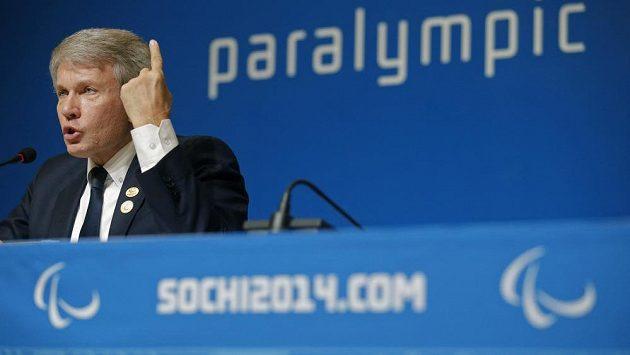 Šéf ukrajinských paralympioniků Valerij Šuškevič na tiskové konferenci v Soči.