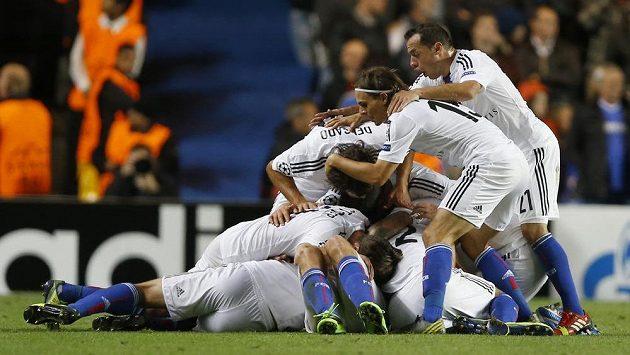 Fotbalisté Basileje se radují z druhého gólu proti Chelsea.