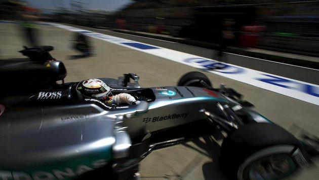Lewis Hamilton během kvalifikace formule 1 na šanghajskou Velkou cenu.