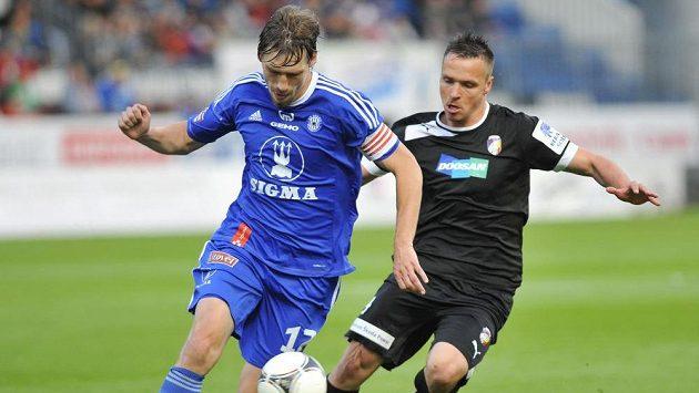 Aleš Škerle z Olomouce (vlevo) a Stanislav Tecl z Plzně bojují o míč.