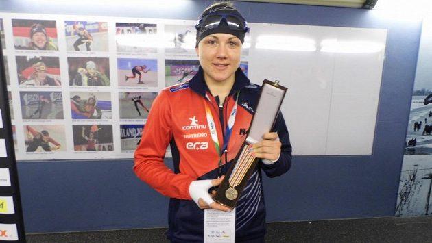 Rychlobruslařka Karolína Erbanová ukazuje bronzovou medaili, kterou si vyjela v závodě na 1000 metrů na MS v Heerenveenu.