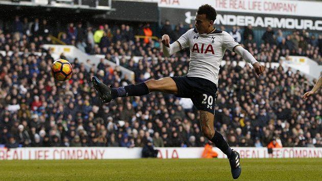 Fotbalista Tottenhamu Dele Alli střílí vítězný gól svého týmu v utkání Premier League proti Evertonu. Tottenham vyhrál 3:2.