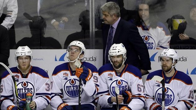 Trenér Edmontonu Todd McLellan na střídačce.