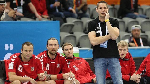 Reprezentační kouč Jan Filip před lavičkou českých házenkářů v utkání s Egyptem.