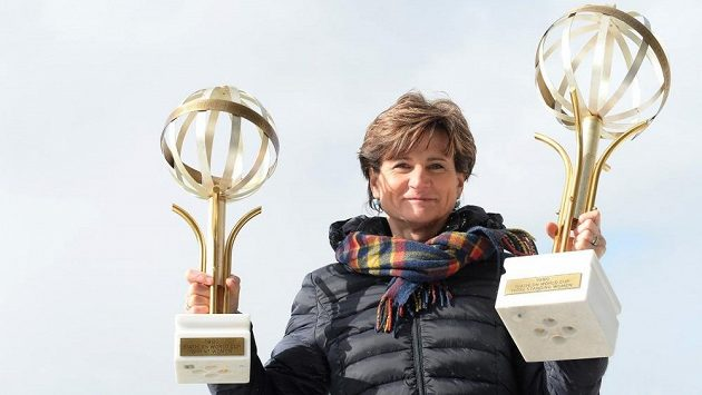 Někdejší biatlonistka Jiřina Pelcová-Adamíčková s trofejí pro vítězku Světového poháru (vpravo).