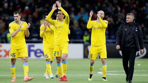 Hráči Astany se radují, vpravo kouč Manchesteru United Ole Gunnar Solskjaer.
