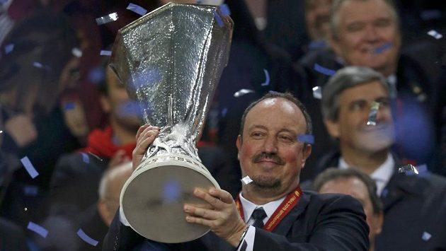 Trenér Chelsea Rafael Benítez s trofejí pro vítěze Evropské ligy.