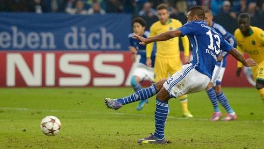 Eric Maxim Choupo-Moting ze Schalke proměňuje pokutový kop v nastavení zápasu se Sportingem Lisabon.