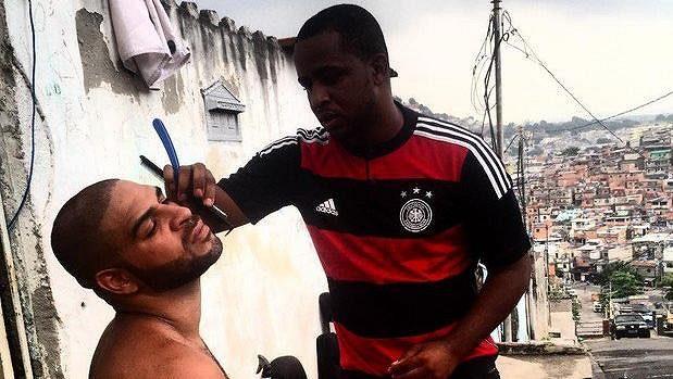 Adriano (vlevo) ve favelách v Riu.