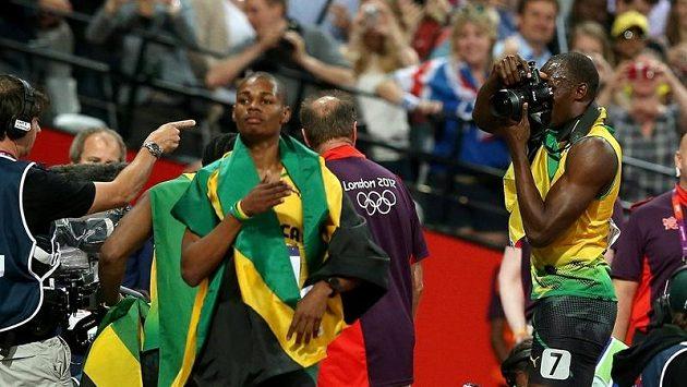 Jedním z hrdinů OH v Londýně byl sprinter Usain Bolt (vpravo), který radostí bez sebe fotografoval své kolegy z jamajského týmu.