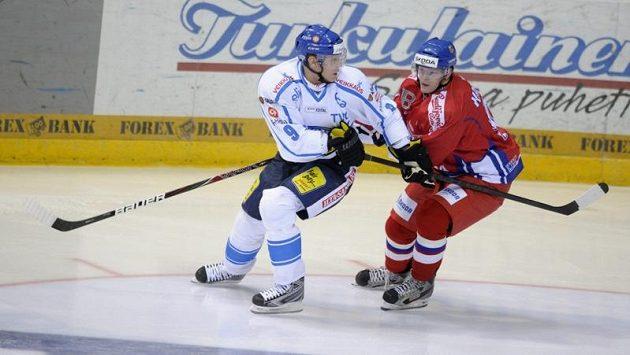 Mikko Koivu (vlevo) svádí souboj s Jakubem Krejčíkem.