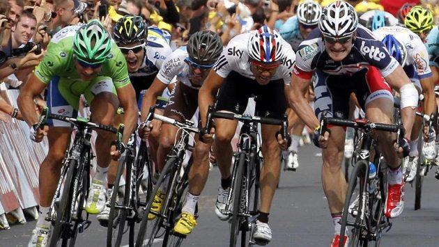 V dramatickém dojezdu třinácté etapy Tour de France měl navrch Němec Greipel (vpravo), Slovák Sagan (vlevo v zeleném) skončil ve spurtu druhý.
