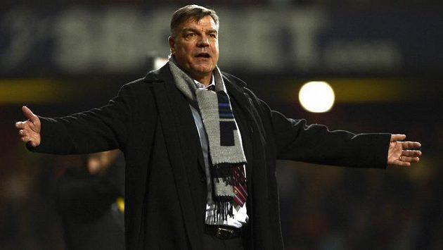 Kouč West Hamu Sam Allardyce nechápal metr rozhodčího Phila Dowda v utkání proti Manchesteru United.