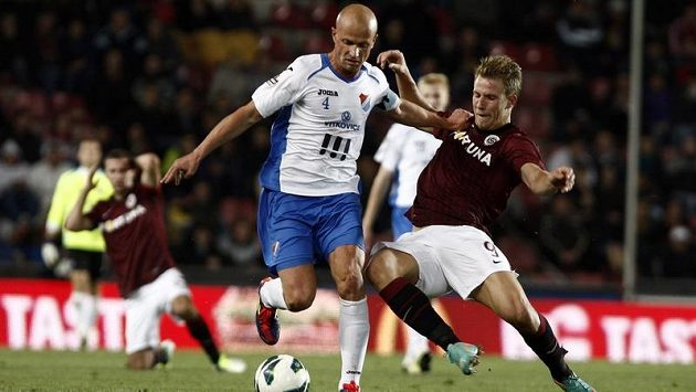 Kapitán Baníku Ostrava Martin Lukeš (vlevo) bojuje o míč s útočníkem Sparty Bekimem Balajem.