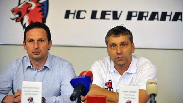 Generální manažer Lva Praha Normunds Sejejs a hlavní trenér Josef Jandač.