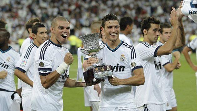 Fotbalisté Realu Madrid se radují z poháru.