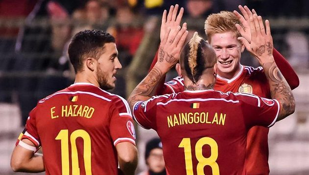 Belgičtí fotbalisté (zleva) Eden Hazard, Radja Nainggolan a Kevin De Bruyne se radují z postupu na EURO 2016.