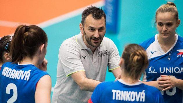 České volejbalistky na evropském šampionátu v Bulharsku skončily v osmifinále, do boje je vedl řecký trenér Jannis Athanasopulos.
