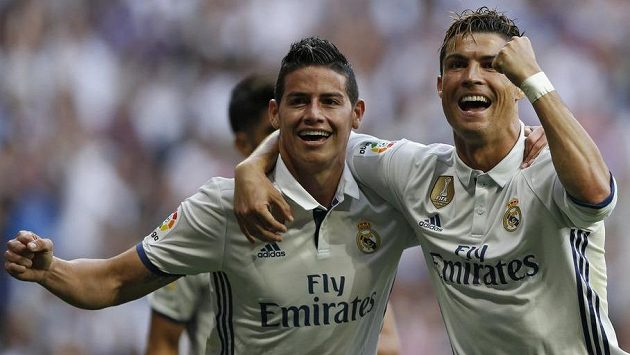 Cristiano Ronaldo (vpravo) přišel do Realu Madrid z Old Trafford. James Rodríguez (vlevo) zvolí opačný postup...
