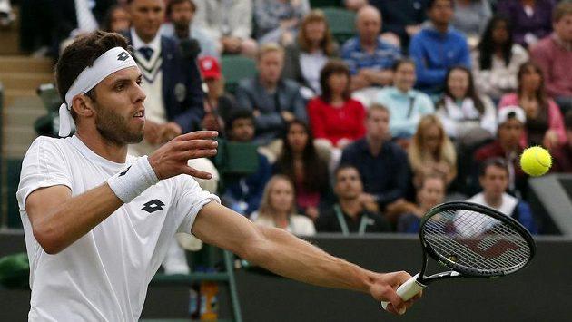 Jiří Veselý během zápasu s Tomášem Berdychem v osmifinále Wimbledonu.