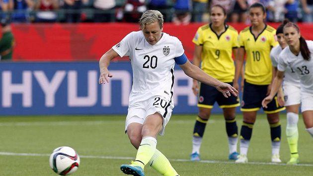 Americká fotbalistka Abby Wambachová (20) při penaltě proti Kolumbii na MS v edmontonu.