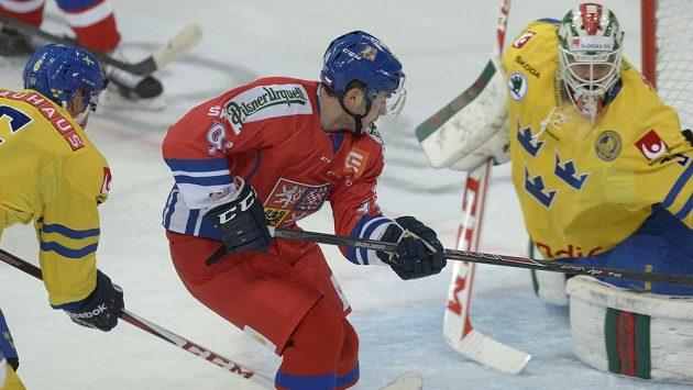 Český útočník Dominik Simon (v červeném dresu) se snaží překonat švédského brankáře Anderse Nilssona.